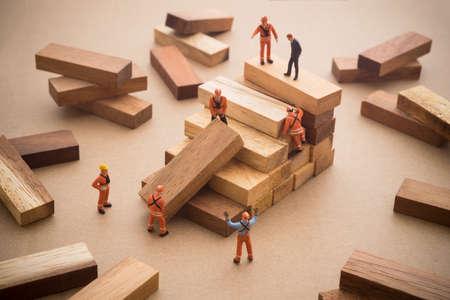 Operaio che fa passo in legno scala. Concetto di successo costruzione.