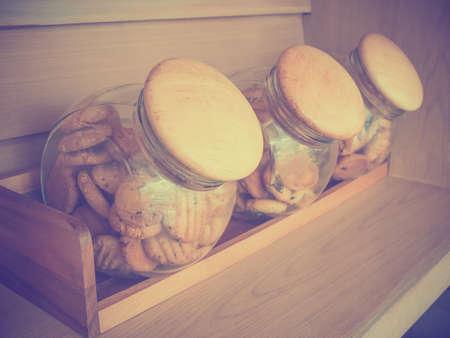 Zelfgemaakte koekjes in glazen potten.