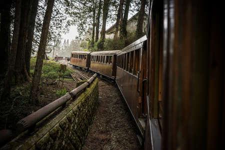 Oude trein op spoorweg bos in Alishan National Scenic Area, Taiwan.