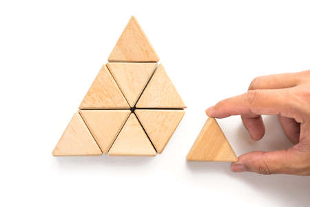Triángulos bloque de madera como la organización de paso pila puede utilizar para la plantilla de negocios o de bala o infografía. bloque de madera sobre fondo blanco.