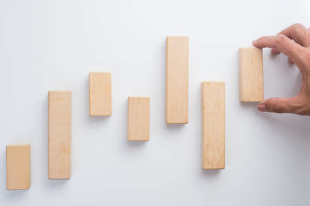 incremento: Hand aranging wood block. Business concept for growth success process.