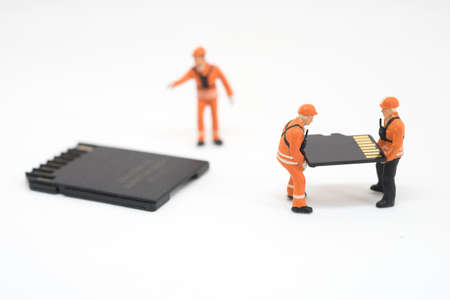 disco duro: Concepto de recuperación de datos. Trabajador que trabaja en la tarjeta micro SD.