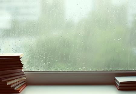 window shade: Detr�s de una ventana que est� lloviendo. La sombra Flavovirent