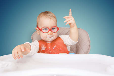 """little kid with glasses. mouth milk. finger the top. """"good idea!"""" Banque d'images"""
