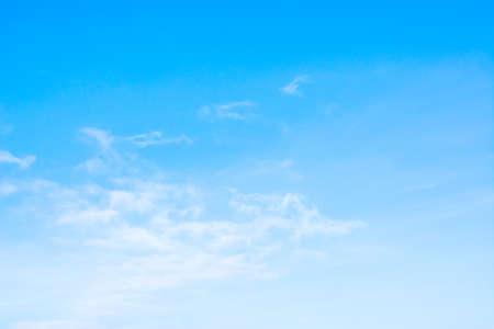 ciel avec nuages: �l�gant fond de ciel clair sur le temps de jour. Banque d'images
