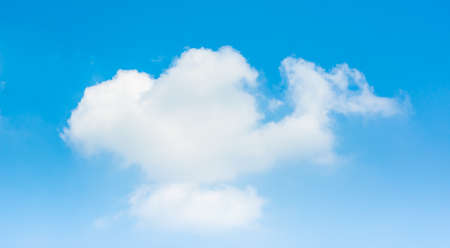 cielo despejado: imagen del patrón de nubes contra el cielo azul