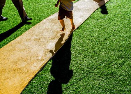 beeld van kunstmatige manier gras pad.