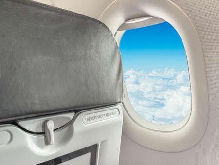 飛行機の中で座っているサインアップしながらシートベルトを留めのイメージ。