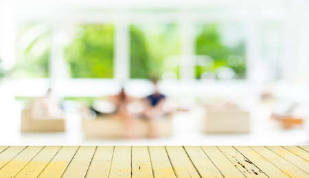 Tavolo di legno vuota e sfocato soggiorno sfondo. Archivio Fotografico - 34670478