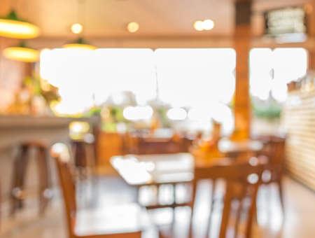Het onduidelijke beeldachtergrond van de koffiewinkel met bokehbeeld. Stockfoto