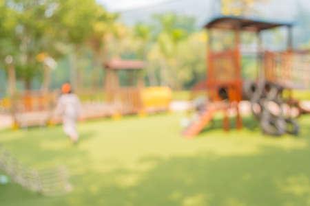 playground children: Imagen desenfocada y el desenfoque de los ni�os
