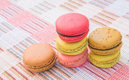 tela algodon: Macarrones franceses dulces y coloridos en el fondo de tela de algod�n.