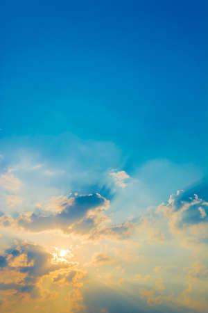 cielo atardecer: imagen del cielo de la puesta del sol para el uso del fondo.