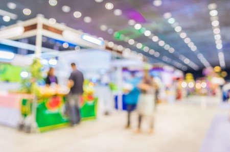 comercio: imagen borrosa de un centro comercial y la gente para el uso del fondo. Foto de archivo