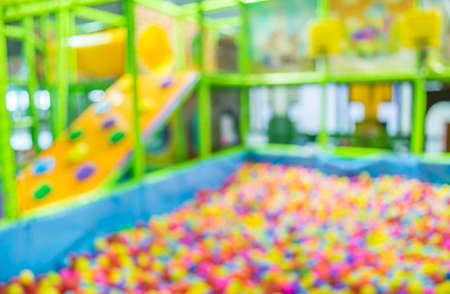 子供の遊び場にカラフルなプラスチック ボールをぼかし。