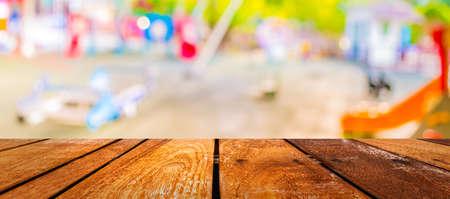 デフォーカスし、バック グラウンドの使用のための公共の場で子供の遊び場のイメージをぼかします。