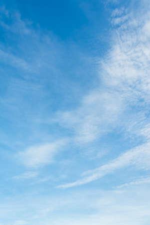 cielo despejado: imagen de cielo despejado en el día para el uso del fondo. Foto de archivo