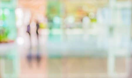 背景をぼかしのモダンなビジネス センターのロビーでの人の画像をぼかし。 写真素材