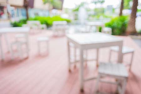 decoracion mesas: desdibujar la imagen de Mesas y decoración preparados para una fiesta al aire libre. Foto de archivo