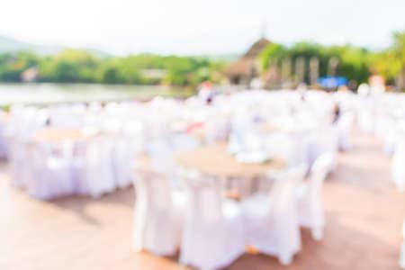decoracion mesas: desdibujar la imagen de Mesas y decoración preparados para una fiesta al aire libre para el uso del fondo.