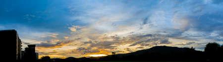 silhouette maison: image de l'arbre et le coucher du soleil ciel silhouette tiré en arrière-plan.