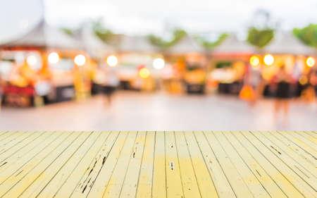 バック グラウンドの使用のための祭で食料品店のイメージをぼかし。