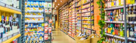 バック グラウンドの使用のためにスーパー マーケット、様々 な製品のイメージがぼやけ。