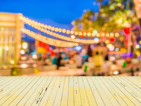 feestelijk: Artistieke stijl - Defocused nacht straat abstracte textuur, onscherpe achtergrond met bokeh van de stad op straat 's nachts.