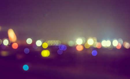 배경 사용에 대한 bokeh와 밤 시간에 활주로의 빈티지 톤의 이미지를 흐리게.