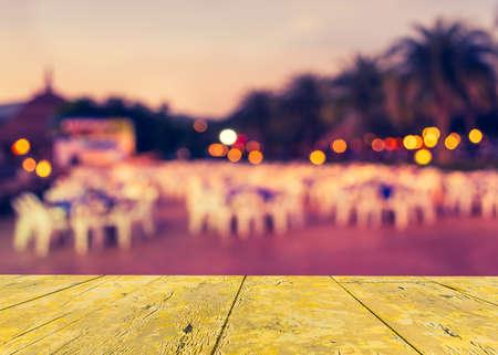 テーブルとバック グラウンドの使用のための時間を夜の屋外パーティーのために準備の装飾のイメージをぼかし。(ビンテージ トーン) 写真素材