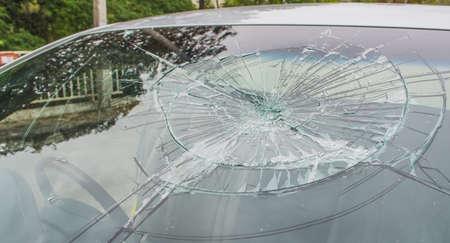 壊れた車のフロント ガラスにセレクティブ フォーカス画像。車の事故。