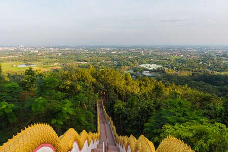 bajando escaleras: imagen de la forma en escaleras de largo hasta el destino bosque en Wat Phra que templo de Doi Kham, Chiang Mai, Tailandia Foto de archivo