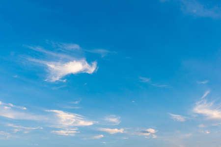 Bild des blauen Himmels und der weißen Wolke auf Tageszeit für Hintergrundgebrauch.