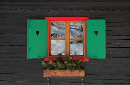 Kleurrijke raamkozijn met rolluiken. Sneeuw reflectie zichtbaar is Stockfoto - 2792780