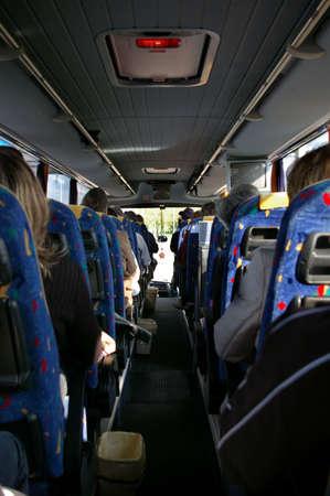 motor de carro: Imagen del interior de un autob�s con pasajeros sentados en los asientos Foto de archivo
