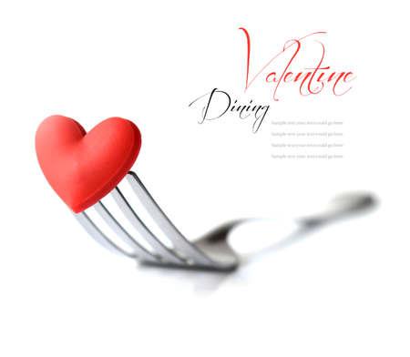 cena romantica: Macro immagine di studio di forcella in acciaio inox con red concetto cuore l'amore per il cibo cena di San Valentino l'amore, ecc cottura