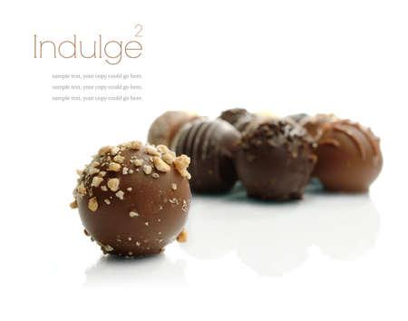 truffe blanche: Studio macro d'un assortiment de d�licieux chocolats � la liqueur sur un fond blanc avec des ombres douces