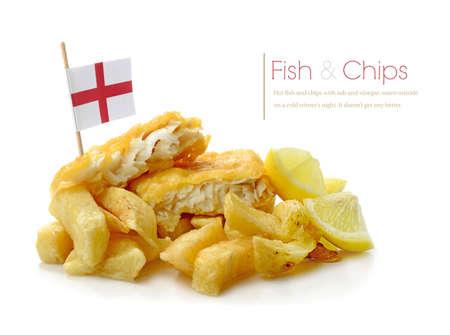 fish and chips: Estudio macro of Fish and Chips recién preparada con sombras suaves sobre una superficie blanca.