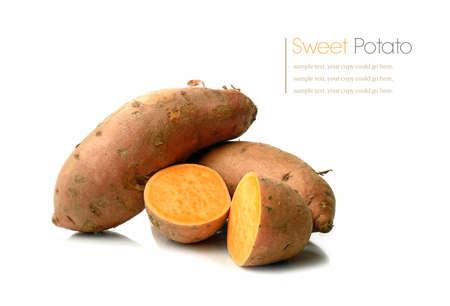 camote: Estudio macro de apilados batatas con sombras suaves en una superficie blanca. Copiar el espacio.