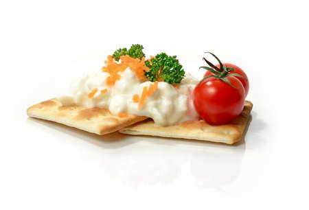 crackers: Macro estudio de tomates maduros con queso cottage bajo en grasa y zanahoria en cubos de galletas crujientes. Copiar el espacio.