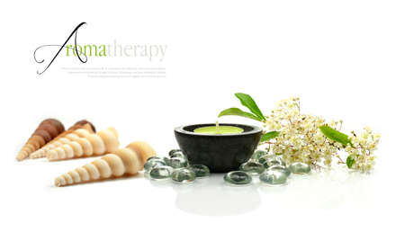 Concept image depicting aromatherapy treatments with fresh flowers and aromatic candle against a clean white surface. Copy space. Banque d'images