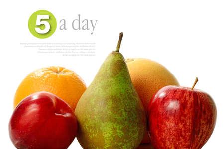Konzept für die fünf am Tag - gesunde Ernährung. Eine Gruppe von fünf frische Früchte mit weichen Schatten vor einem weißen Hintergrund. Kopieren Sie Platz.