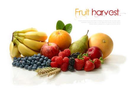 buen vivir: Una cosecha fresca de diversas frutas maduras de colores sobre un fondo blanco. Concepto de imagen para el festival de la cosecha y  o una dieta saludable. Copiar el espacio.
