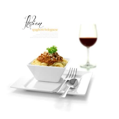 作りたてのイタリアのスパゲティ ボロネーゼとソフト シャドウ コピー領域を選択的に点灯している赤ワインのガラスの高いキー スタジオ撮影 写真素材