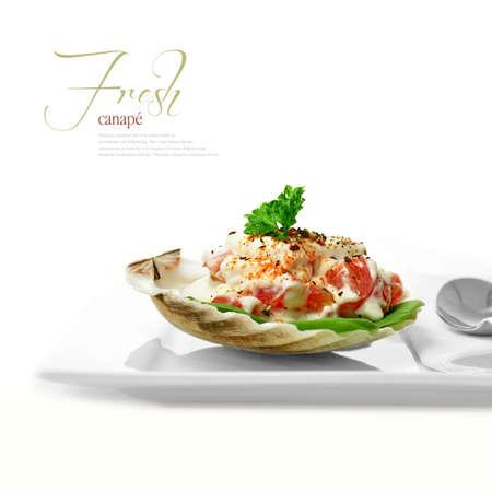 högtider: En kurerad bild från min FINE-serie. Makro av tomat och majonnäs canapes mot en vit bakgrund.