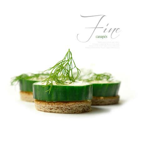 Ein Bild von meinem kuratierte FINE series set Macro von Gurken und weißer Käse Kanapees vor einem weißen Hintergrund Das perfekte Bild für ein Restaurant oder Abendessen Einladung Design Copy space