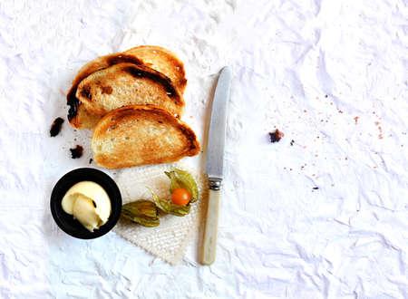 melba: Tiro de arriba de un desayuno continental, francés tostadas Melba casero con mantequilla y physalis fruta. Extended versión con más espacio de la copia.
