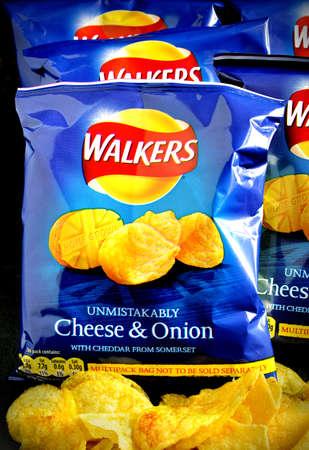obesidad infantil: Nottingham, Reino Unido - 07 de mayo 2014: El queso y patatas fritas de cebolla por Walkers Snack-Foods Ltd. Un fabricante merienda comida brit�nica, filial de PepsiCo. Su sede se encuentra en Leicester, Inglaterra, Reino Unido.