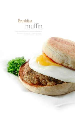 Una hamburguesa de salchicha de cerdo fresco y frito panecillo desayuno de huevos contra un fondo blanco.