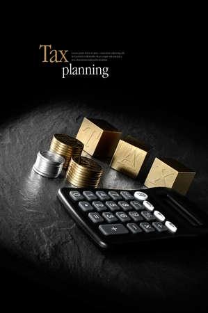 税務管理と税務申告の概念イメージです。創造的電卓とゴールド ブロックと黒の背景のコインを点灯しています。スペースをコピーします。 写真素材